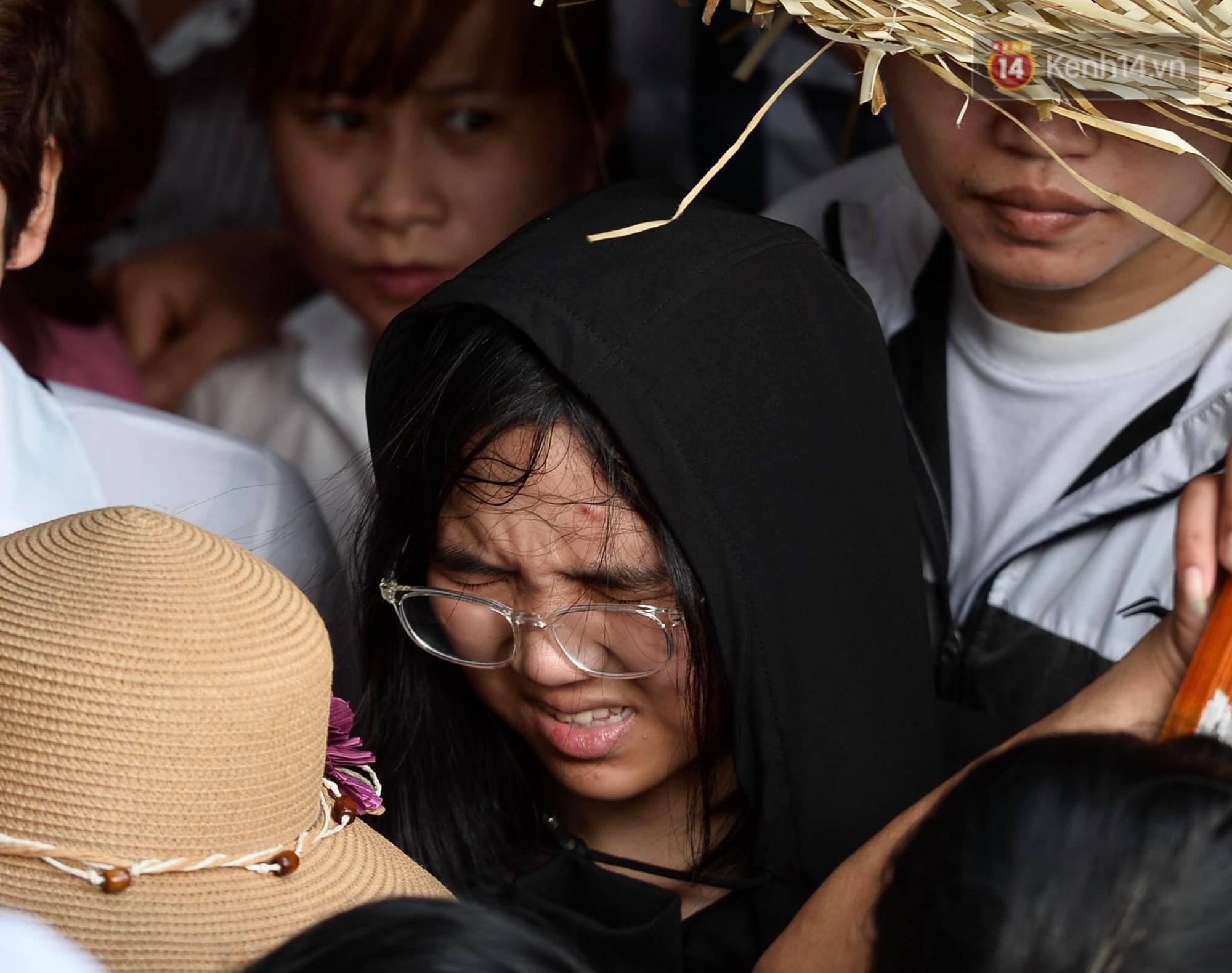 Ảnh: Mệt mỏi vì chen lấn giữa hàng vạn người dù chưa khai hội chùa Hương, nhiều em nhỏ ngủ gục trên vai mẹ-4