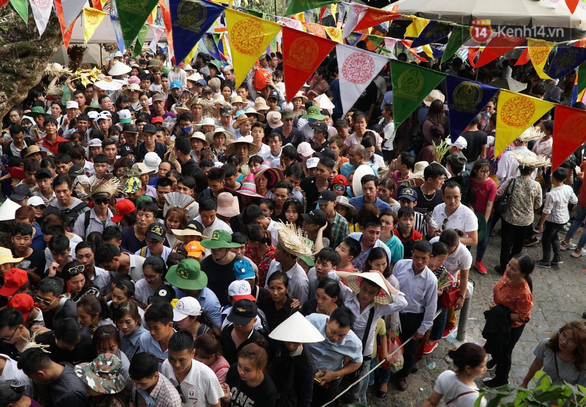 Ảnh: Mệt mỏi vì chen lấn giữa hàng vạn người dù chưa khai hội chùa Hương, nhiều em nhỏ ngủ gục trên vai mẹ-2