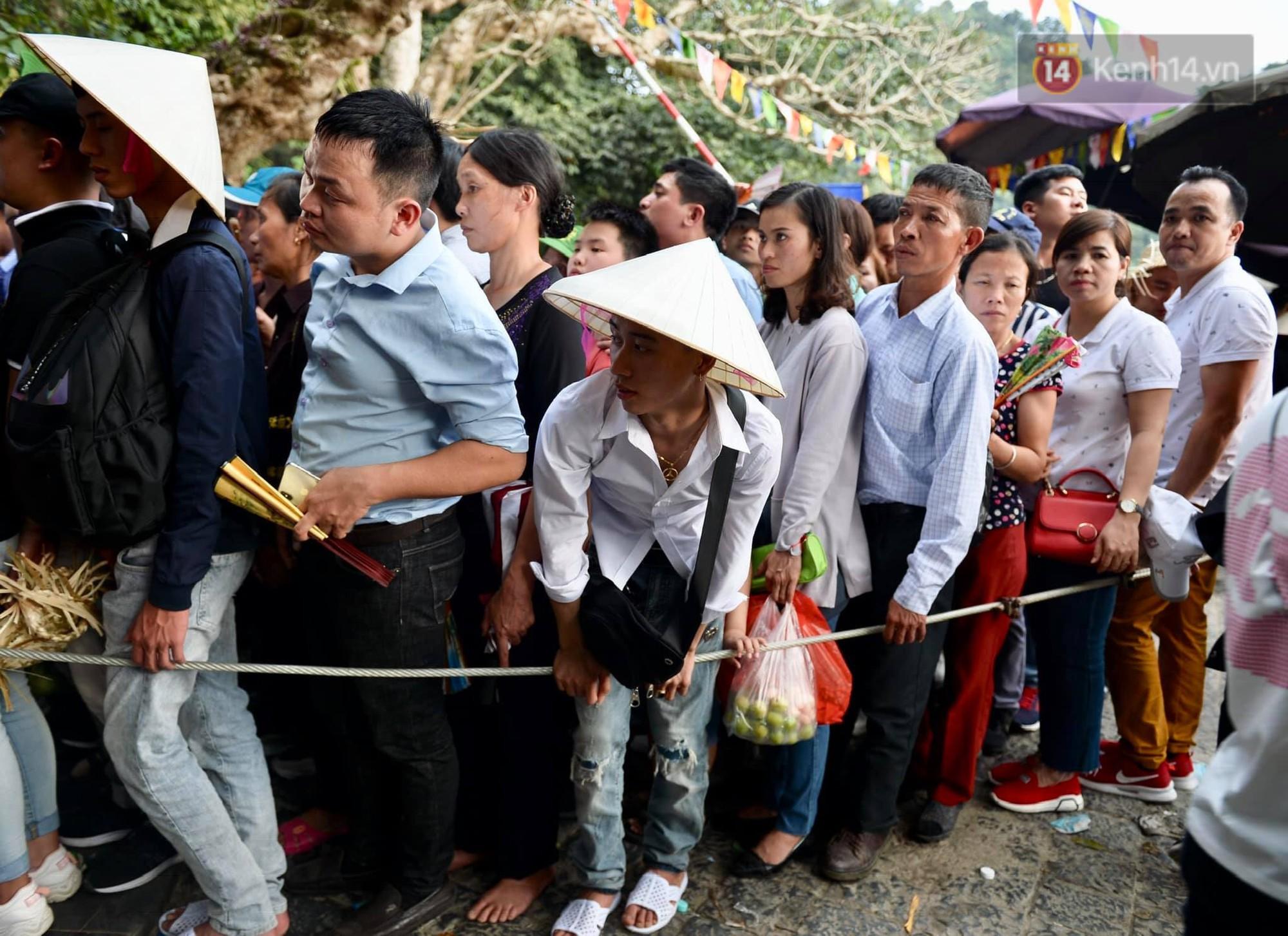 Ảnh: Mệt mỏi vì chen lấn giữa hàng vạn người dù chưa khai hội chùa Hương, nhiều em nhỏ ngủ gục trên vai mẹ-3