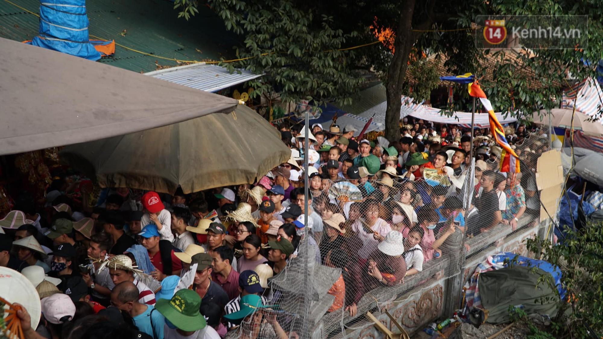 Ảnh: Mệt mỏi vì chen lấn giữa hàng vạn người dù chưa khai hội chùa Hương, nhiều em nhỏ ngủ gục trên vai mẹ-1