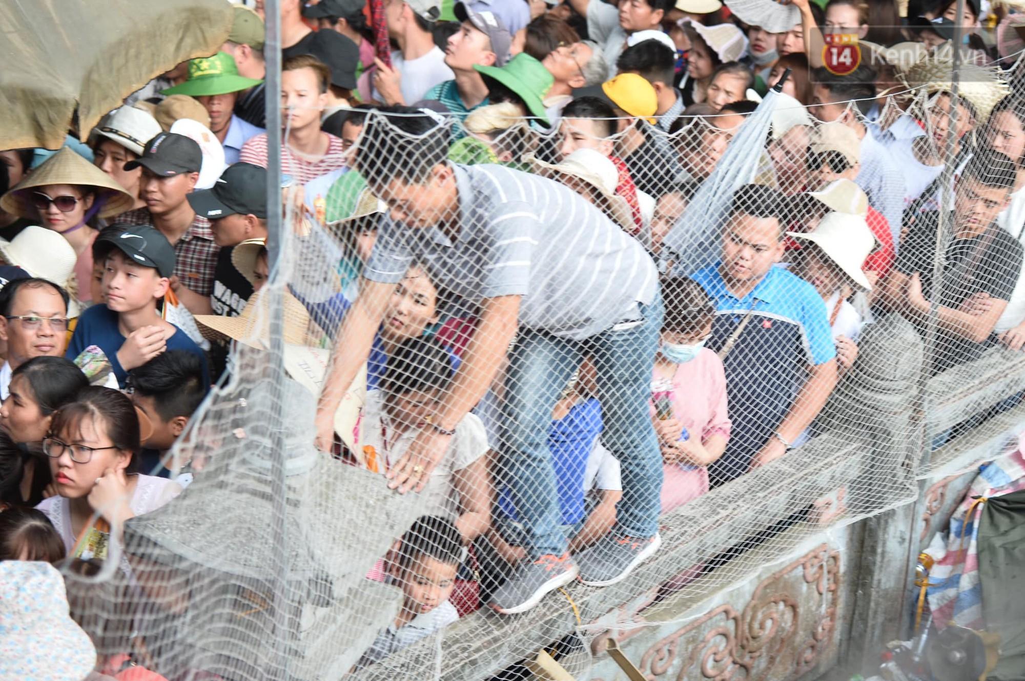 Ảnh: Mệt mỏi vì chen lấn giữa hàng vạn người dù chưa khai hội chùa Hương, nhiều em nhỏ ngủ gục trên vai mẹ-6