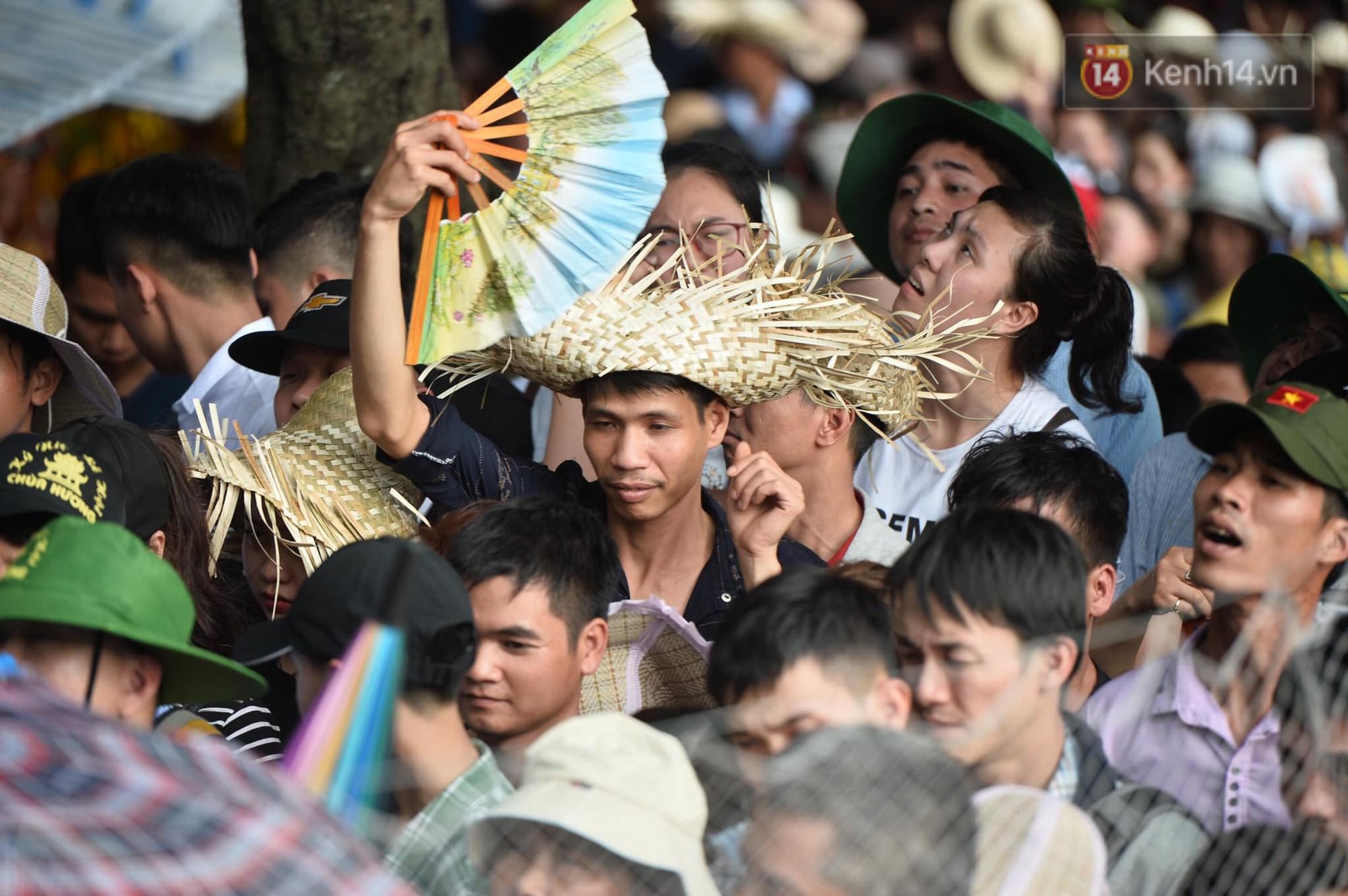 Ảnh: Mệt mỏi vì chen lấn giữa hàng vạn người dù chưa khai hội chùa Hương, nhiều em nhỏ ngủ gục trên vai mẹ-7