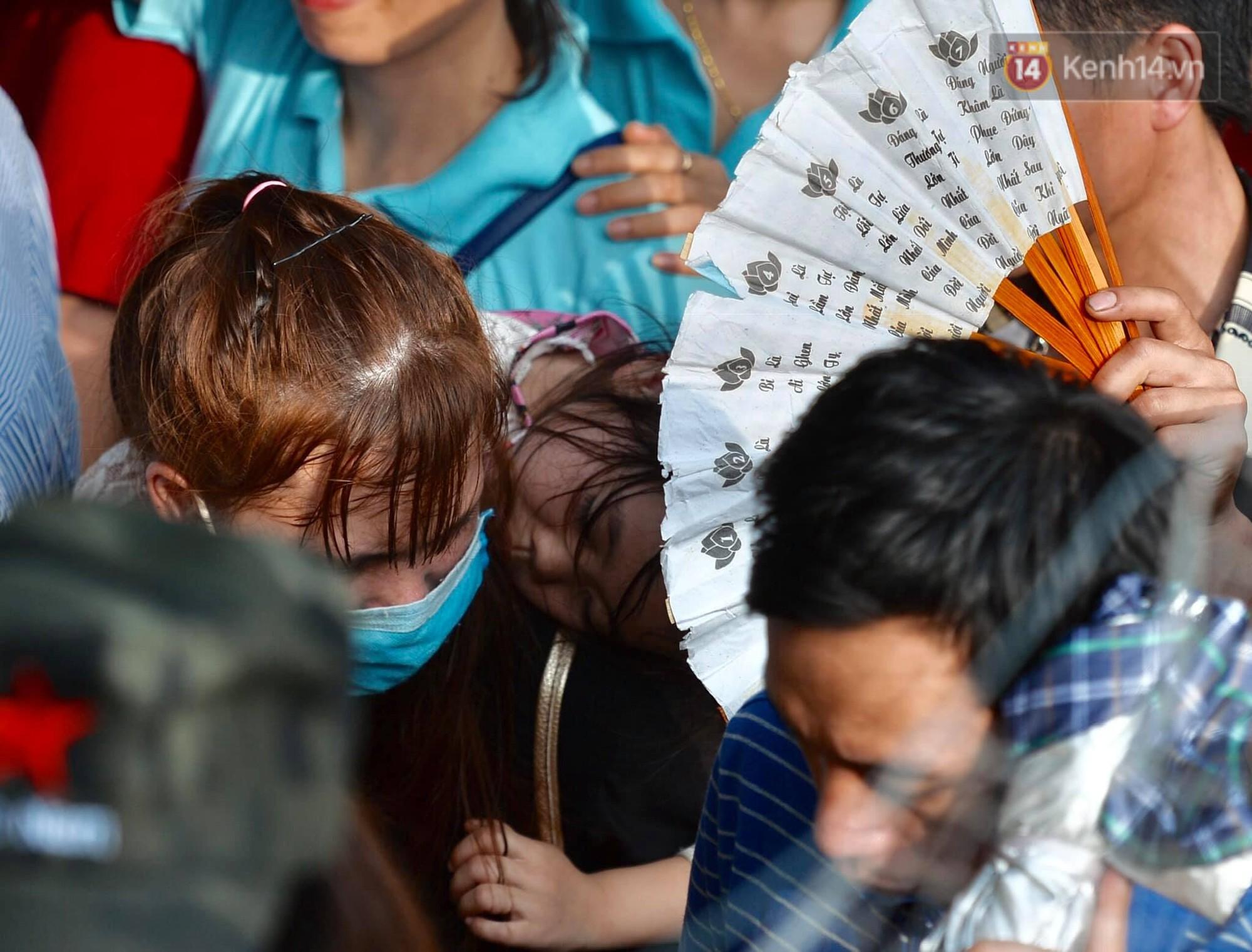 Ảnh: Mệt mỏi vì chen lấn giữa hàng vạn người dù chưa khai hội chùa Hương, nhiều em nhỏ ngủ gục trên vai mẹ-5