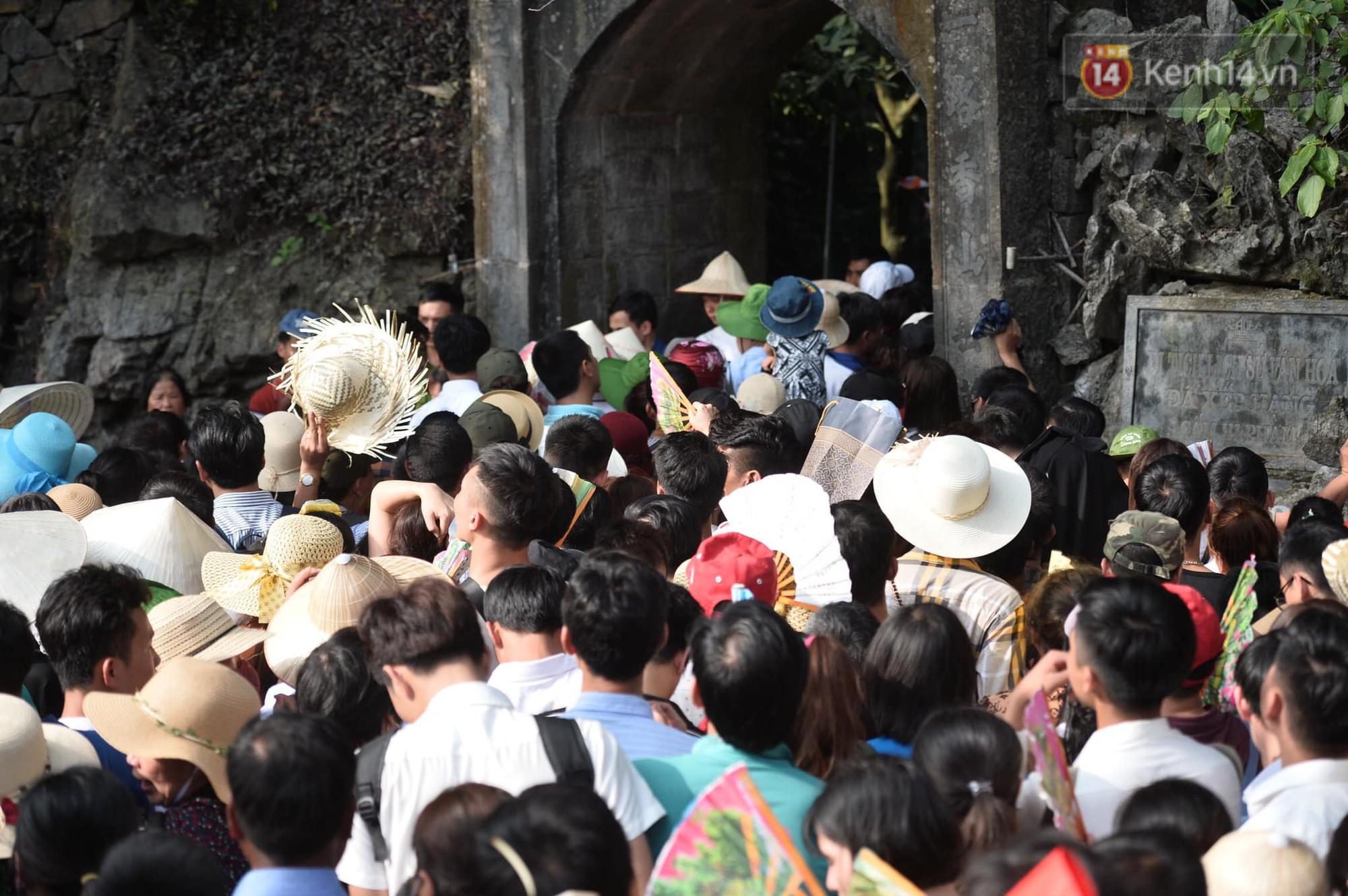 Ảnh: Mệt mỏi vì chen lấn giữa hàng vạn người dù chưa khai hội chùa Hương, nhiều em nhỏ ngủ gục trên vai mẹ-12