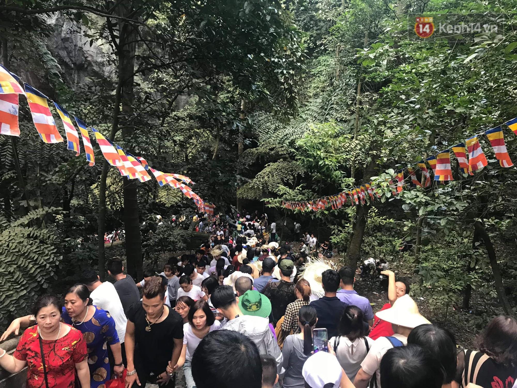 Ảnh: Mệt mỏi vì chen lấn giữa hàng vạn người dù chưa khai hội chùa Hương, nhiều em nhỏ ngủ gục trên vai mẹ-13