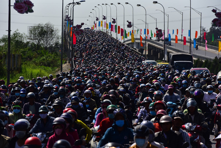 Người dân đổ về Sài Gòn sau Tết, kẹt xe nghiêm trọng ở cửa ngõ TP-1