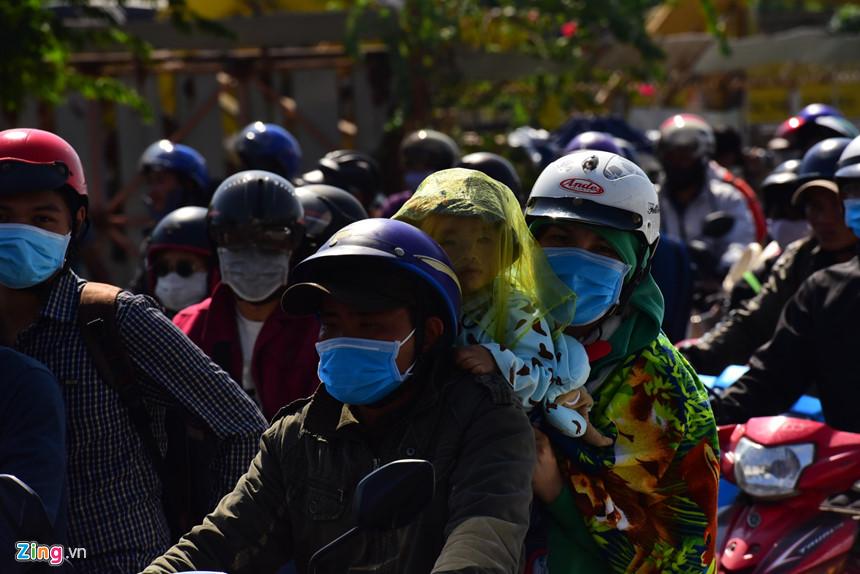 Người dân đổ về Sài Gòn sau Tết, kẹt xe nghiêm trọng ở cửa ngõ TP-8