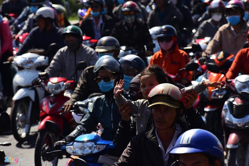 Người dân đổ về Sài Gòn sau Tết, kẹt xe nghiêm trọng ở cửa ngõ TP-7