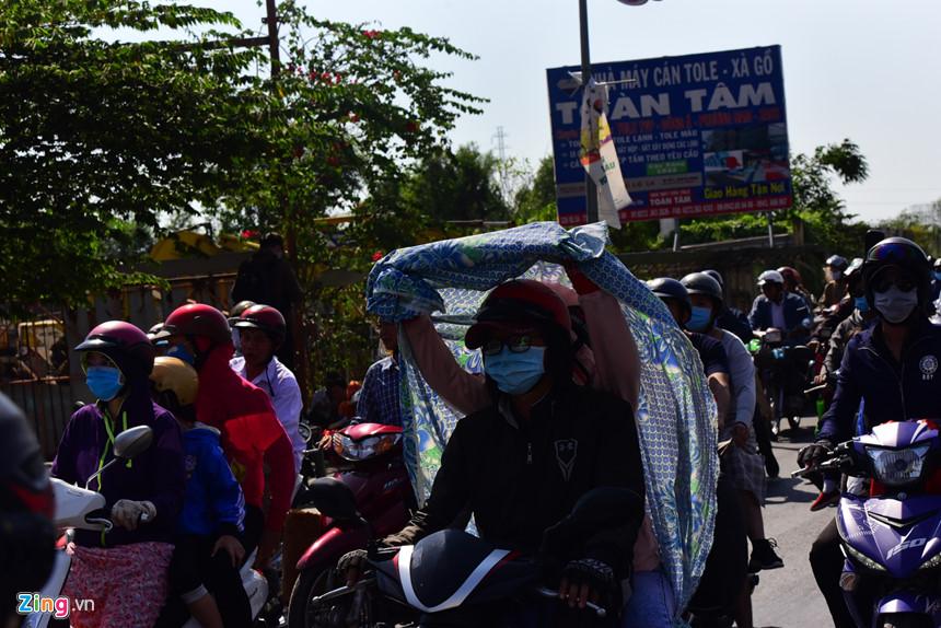 Người dân đổ về Sài Gòn sau Tết, kẹt xe nghiêm trọng ở cửa ngõ TP-6