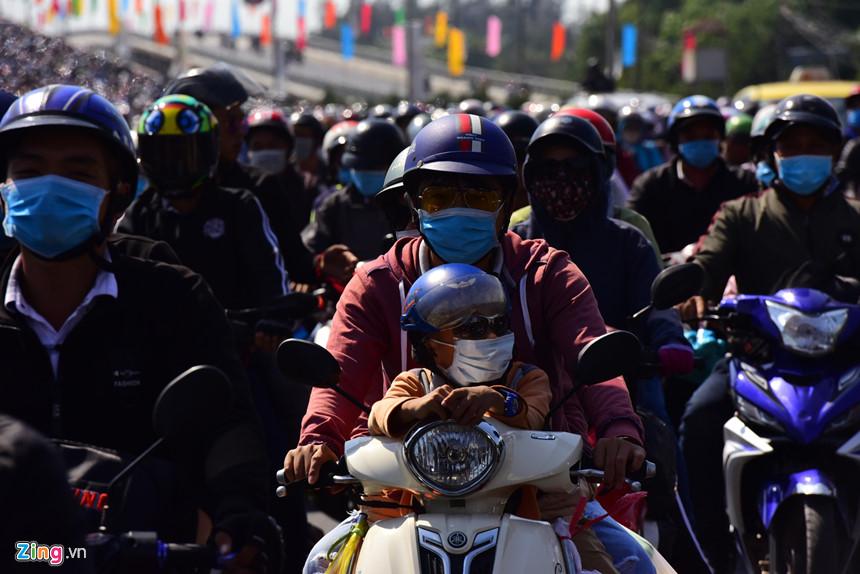 Người dân đổ về Sài Gòn sau Tết, kẹt xe nghiêm trọng ở cửa ngõ TP-5