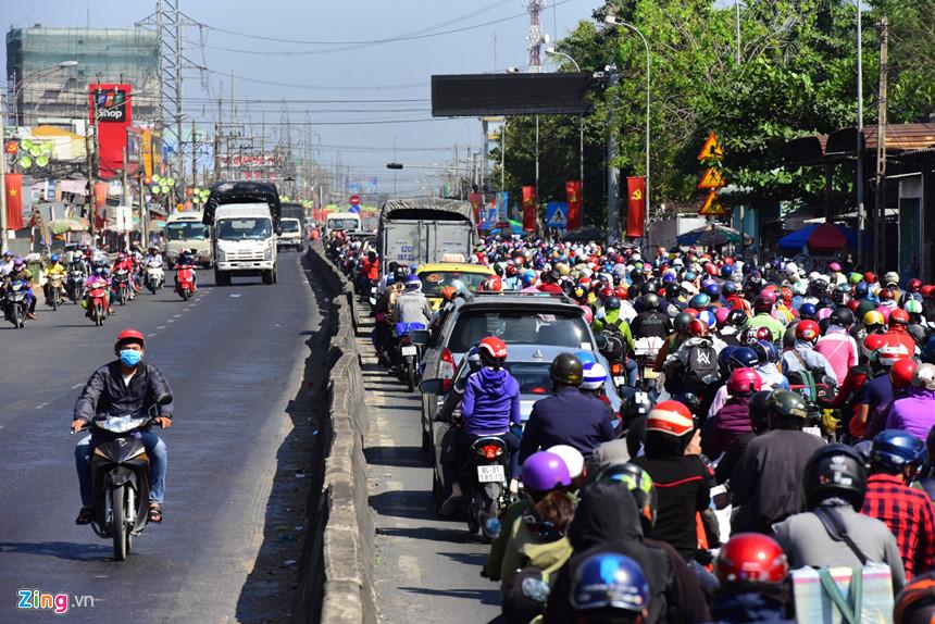 Người dân đổ về Sài Gòn sau Tết, kẹt xe nghiêm trọng ở cửa ngõ TP-4