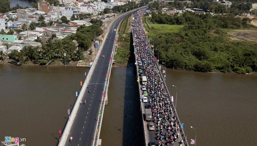 Người dân đổ về Sài Gòn sau Tết, kẹt xe nghiêm trọng ở cửa ngõ TP-2