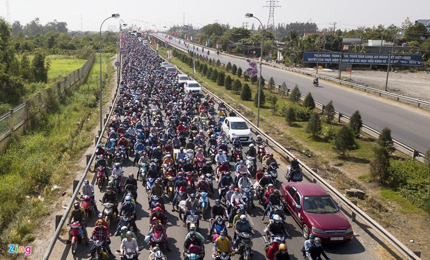 Người dân đổ về Sài Gòn sau Tết, kẹt xe nghiêm trọng ở cửa ngõ TP-3