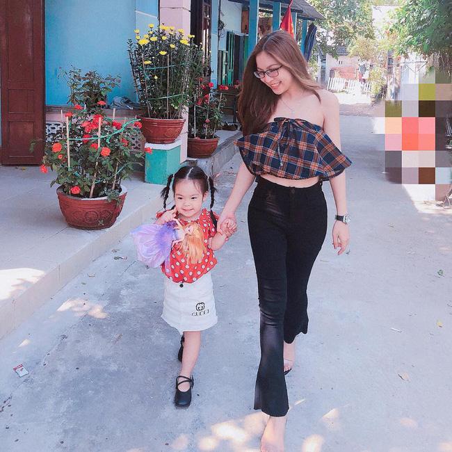 Mặc sexy thì bị chê phản cảm, bạn gái Quang Hải đáp trả ẩn ý bằng cách mặc áo của bố cho kín đáo-2
