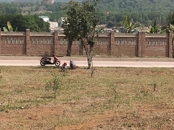 Hai cô gái vô tư tiểu bậy ở bãi đất trống giữa ban ngày, khiến cả gia đình đang ngồi ăn cơm phải đỏ mặt quay đi-2