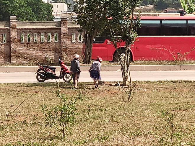 Hai cô gái vô tư tiểu bậy ở bãi đất trống giữa ban ngày, khiến cả gia đình đang ngồi ăn cơm phải đỏ mặt quay đi-3