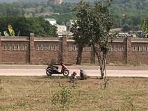 Hai cô gái vô tư tiểu bậy ở bãi đất trống giữa ban ngày, khiến cả gia đình đang ngồi ăn cơm phải