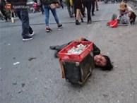 Bò, trườn, lê lết tại chợ Viềng, 'đội quân' ăn xin, hát rong kiếm bộn tiền từ người dân