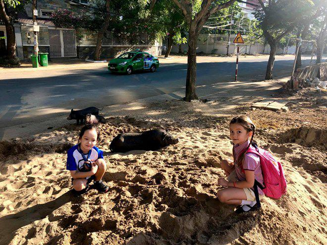 Ngày đầu đưa con tới trường sau Tết, 3 mẹ con Hồng Nhung gặp sự cố xấu hổ-1