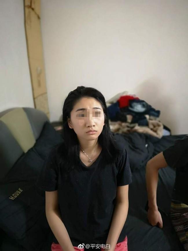 Đến nhà bạn trai ra mắt nhân dịp Tết, cô gái trẻ bị cảnh sát còng tay ngay cửa, để lộ thân phận thật-1