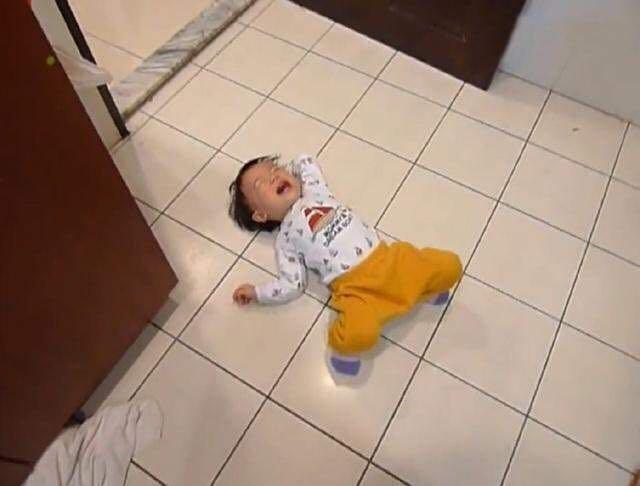 Bé 3 tuổi ăn vạ, mẹ ra tay xử lý, 1 tiếng sau im bặt và cách dạy con khiến phụ huynh tán thành-1