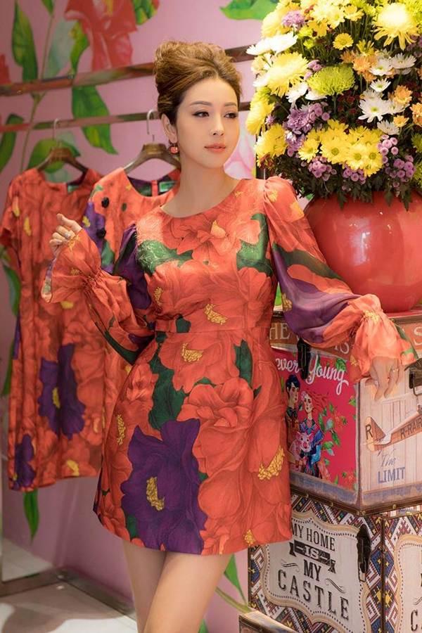 Jennifer Phạm vai trần gợi cảm xuống phố đầu năm-11