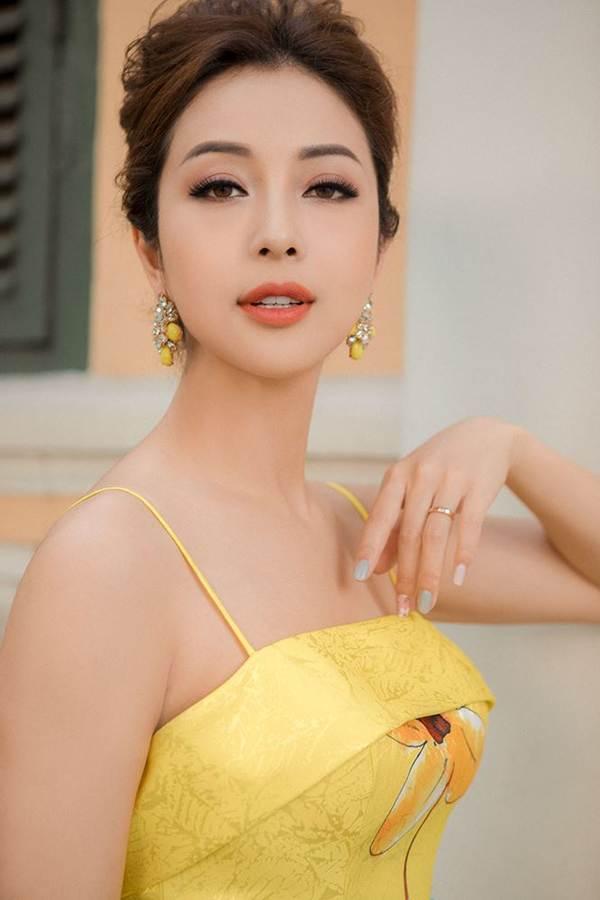 Jennifer Phạm vai trần gợi cảm xuống phố đầu năm-4