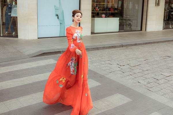Jennifer Phạm vai trần gợi cảm xuống phố đầu năm-5