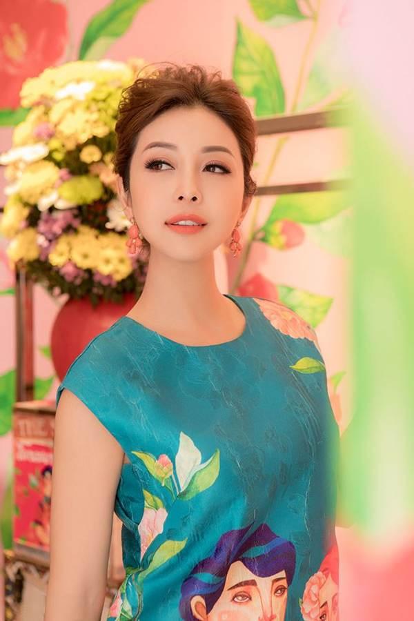 Jennifer Phạm vai trần gợi cảm xuống phố đầu năm-8