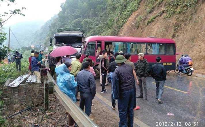 Xe khách đấu đầu xe tải, nhiều hành khách la hét kêu cứu-1