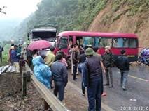 Xe khách đấu đầu xe tải, nhiều hành khách la hét kêu cứu