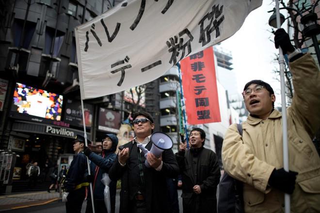 Các thanh niên Nhật ế lâu năm ra đường biểu tình đòi hủy ngày Valentine-1