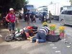 Xe khách đối đầu xe tải, người dân đạp cửa cứu các hành khách đang hoảng loạn ra ngoài-8