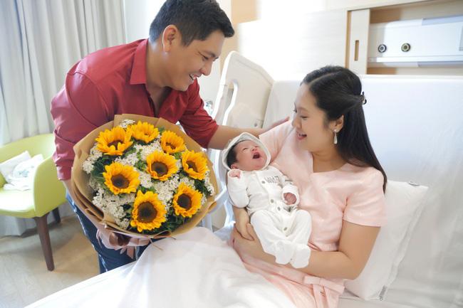 Bỏ qua ồn ào với Trấn Thành, Đức Thịnh hạnh phúc đón vợ và con trai về nhà-5