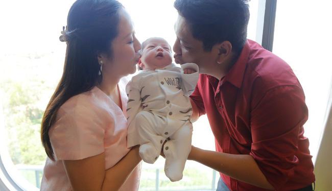Bỏ qua ồn ào với Trấn Thành, Đức Thịnh hạnh phúc đón vợ và con trai về nhà-7