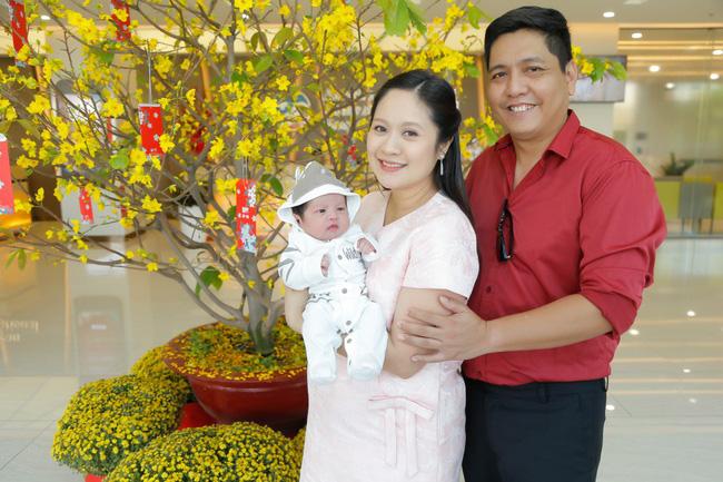 Bỏ qua ồn ào với Trấn Thành, Đức Thịnh hạnh phúc đón vợ và con trai về nhà-9