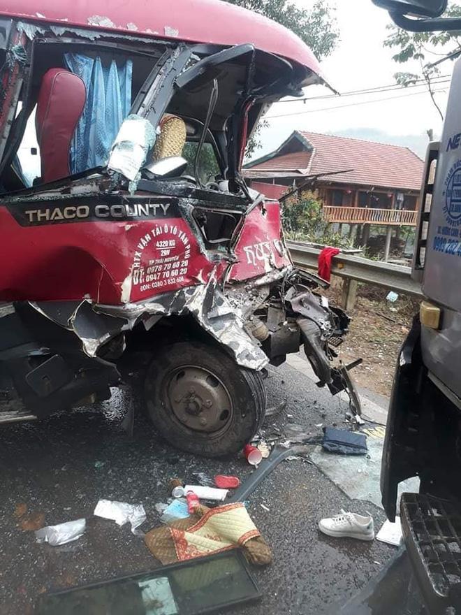 Xe khách đối đầu xe tải, người dân đạp cửa cứu các hành khách đang hoảng loạn ra ngoài-2