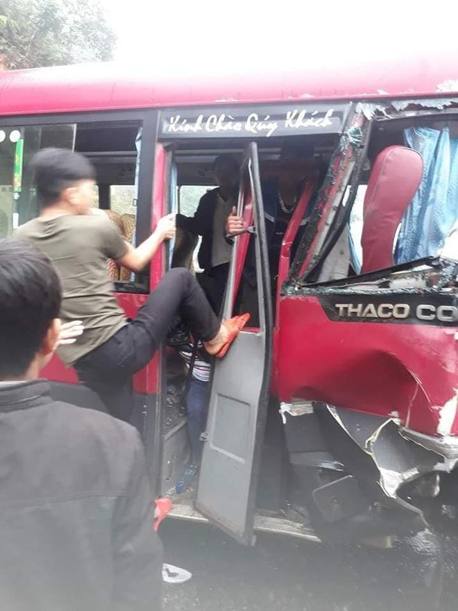 Xe khách đối đầu xe tải, người dân đạp cửa cứu các hành khách đang hoảng loạn ra ngoài-4