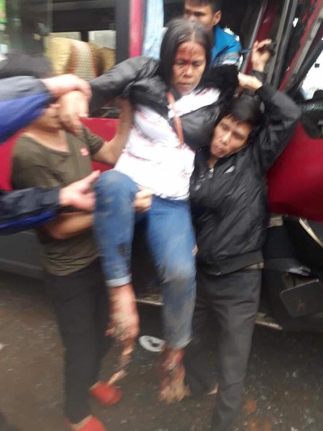 Xe khách đối đầu xe tải, người dân đạp cửa cứu các hành khách đang hoảng loạn ra ngoài-5