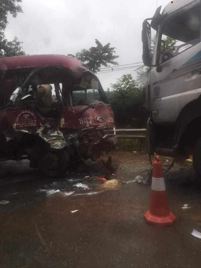 Xe khách đối đầu xe tải, người dân đạp cửa cứu các hành khách đang hoảng loạn ra ngoài-7