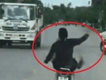 Vừa đi xe máy vừa