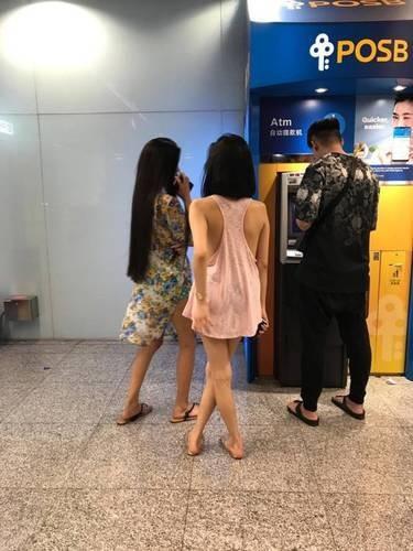 Mặc lớp áo mỏng hờ hững không nội y đi rút tiền, cô gái gây bão mạng xã hội-2