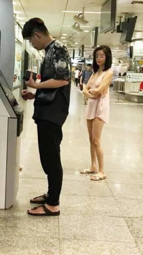 Mặc lớp áo mỏng hờ hững không nội y đi rút tiền, cô gái gây bão mạng xã hội-3