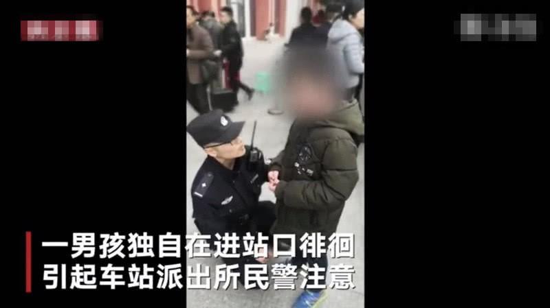 Cậu bé bị đuổi khỏi nhà vì chưa làm xong bài tập Tết, cảnh sát dẫn về tận nơi mẹ không chịu nhận con-1