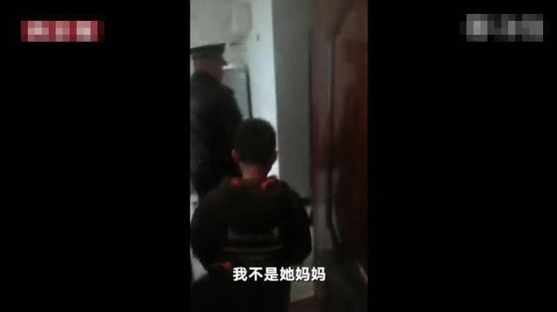 Cậu bé bị đuổi khỏi nhà vì chưa làm xong bài tập Tết, cảnh sát dẫn về tận nơi mẹ không chịu nhận con-3