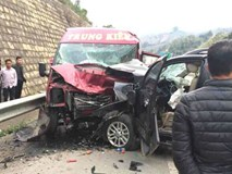 Lào Cai: 2 ô tô đâm nhau trên cao tốc khiến 9 người nhập viện