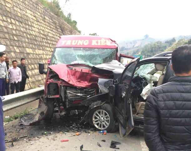 Lào Cai: 2 ô tô đâm nhau trên cao tốc khiến 9 người nhập viện-1