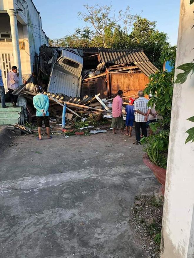 Hiện trường vụ tai nạn xe tải lao vào nhà dân khiến nhiều người cố đi tìm lời giải thích-1