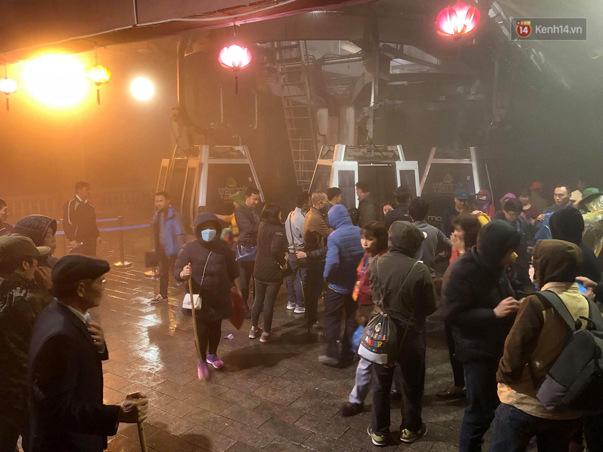 Hàng ngàn người dân đội mưa phùn trong giá rét, hành hương lên đỉnh Yên Tử trong đêm-1