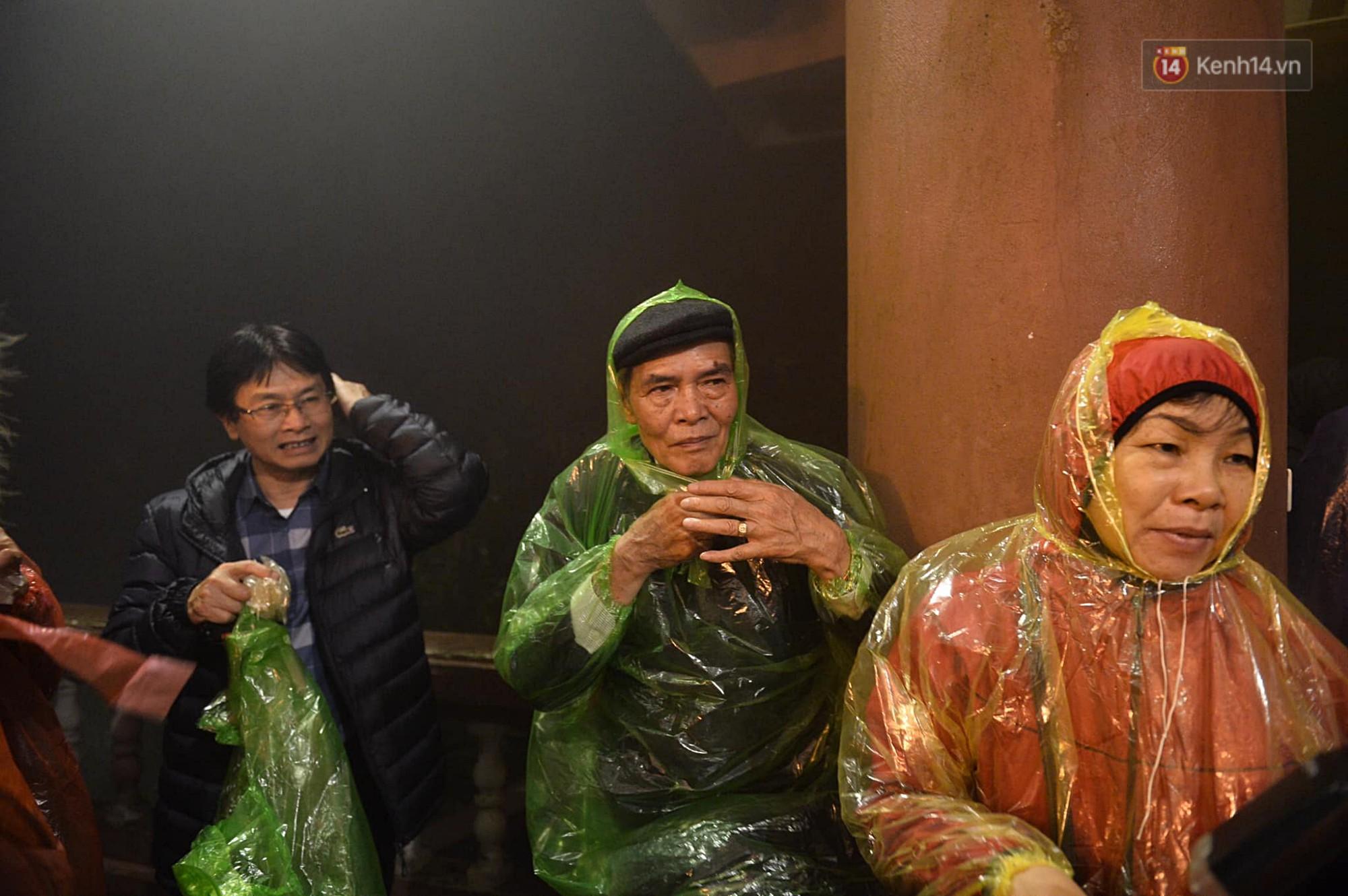 Hàng ngàn người dân đội mưa phùn trong giá rét, hành hương lên đỉnh Yên Tử trong đêm-3